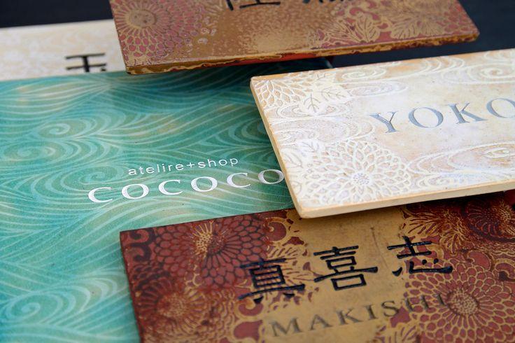 沖縄の陶芸・陶器の工房+ショップ  当店独自の技法で制作した表札の紹介  自身の陶器作品以外にも沖縄県内の手作り作家たちの作品、紅型・ガラス・フェルト・染色・織り作品をセレクトして販売。陶芸体験教室もあります。  沖縄県南城市玉城當山124 090−8298−4901 ヨコイマサシ