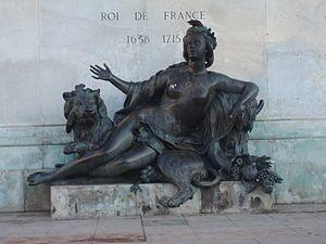 Allégorie de La Saône (1720) par Nicolas Coustou, à senestre du piédestal. (sous la Statue équestre de Louis XIV) (Lyon) — Wikipédia