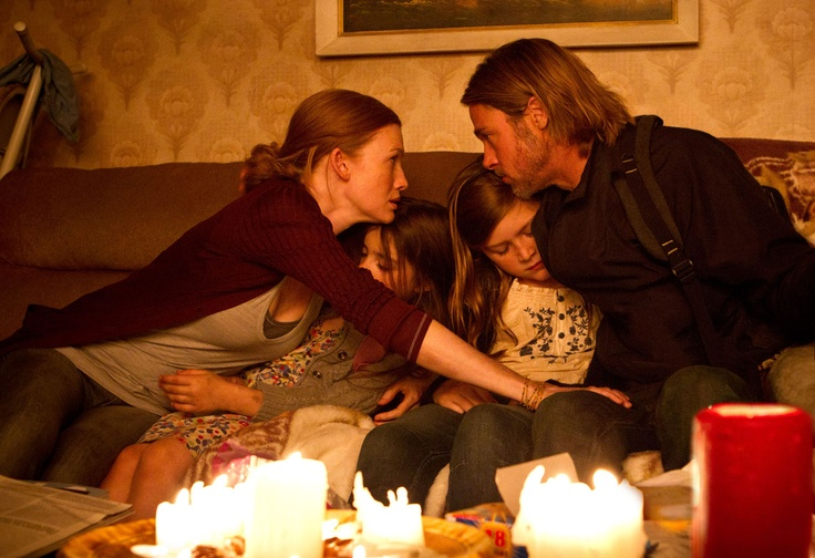 Brad Pitt, Mireille Enos, Sterling Jerins y Abigail Hargrove OBSESSED WITH THIS SWEATER SHE WORE IN THE FILM