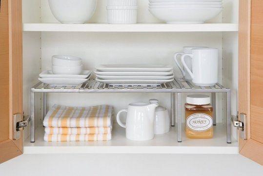 Y para los gabinetes superiores, los estantes adicionales son tus nuevos mejores amigos. | 17 Maneras de sacarle provecho a una pequeña cocina