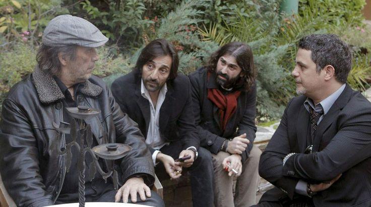El cantante Alejandro Sanz (d), el productor musical Javier Limón (2d), el cantante Antonio Carmona (2i) y el guitarrista Paco de Lucía, durante su asistencia a la capilla ardiente del cantaor Enrique Morente.
