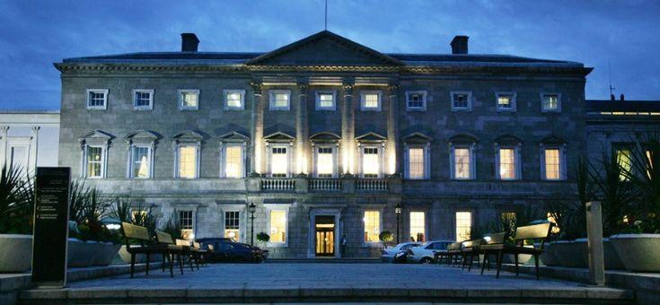 È il Dail Eireann, il parlamento della repubblica d'Irlanda.  Questo edificio divenne ben presto il capostipite stilistico dell'architettura georgiana, al punto che servì da modello a James Hoban, l'architetto irlandese della Casa Bianca. All'origine, nel 1745, venne costruito per essere la residenza del duca di Leinster. All'epoca era la più bella e imponente dimora di Dublino.