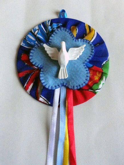 Mandala (Divino Espírito Santo) confeccionada com CD reciclado, tecido, feltro e fitas de cetim.    Diametro: 12cm R$ 30,00