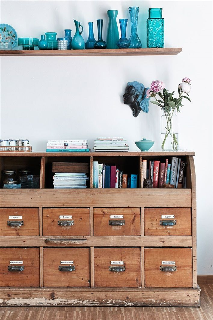köpmandisk och samling med blått glas