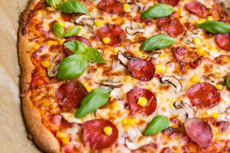 pizza lchf cu blat fara gluten si topping cu bacon, mozzarella, boabe de porumb, ciuperci si pepperoni