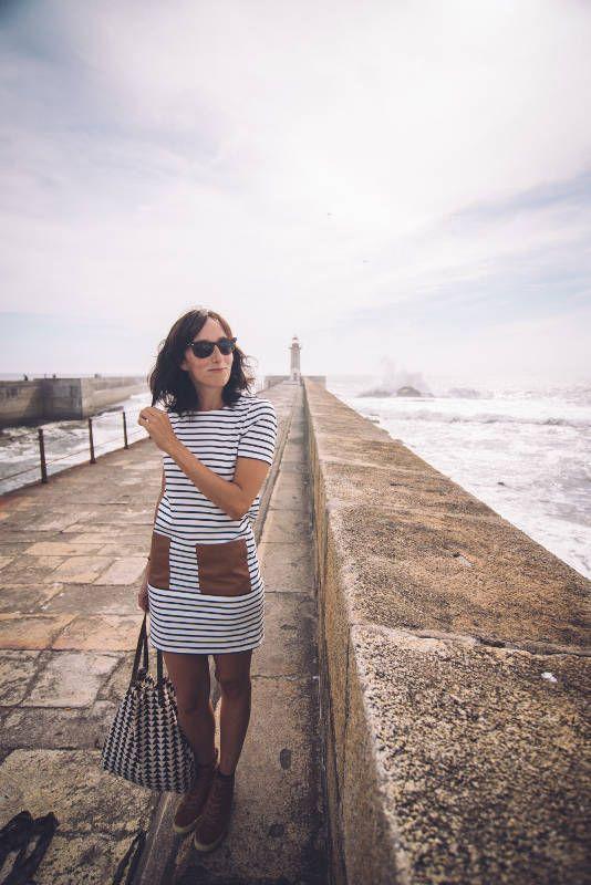 6 horas en Oporto y un recuerdo inolvidable - via 365 Días con Ana | Tengo que admitir que al principio estaba un poco nerviosa por lo de ponerme delante de una cámara, pero en un momento se me olvidó todo y lo pasé genial mientras conocía la preciosa ciudad de Oporto. Comenzamos el paseo en el Faro de Foz, un sitio impresionante, donde las olas del Atlántico rompen y la humedad crea una bruma en el aire muy curiosa y característica de esta zona de la ciudad. #porto #portugal #viajes…
