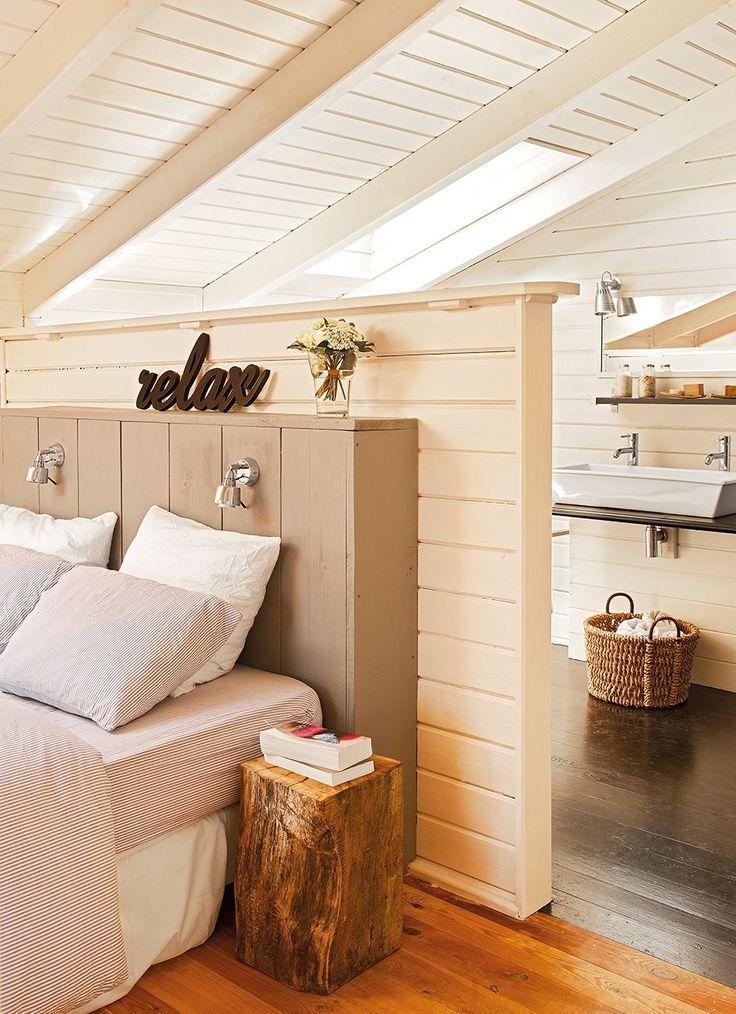 En blanco, en la buhardilla  El techo inclinado marca la altura del murete, que sirve de separación entre el dormitorio sin restar ni un ápice de luz. El mueble