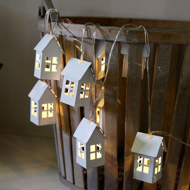 Veldig søt og sjarmerende LED lysslynge fra Star Trading med 8 hvitlakkerte metallhus med vinduer på hver vegg som slipper lyset vakkert ut. Passer til de fleste rom i huset og til alle sesonger. Slyngen kan stilles inn med timer slik at den står 6 timer på og 18 timer av, og den har en brenntid på ca 120 timer per batteribytte.