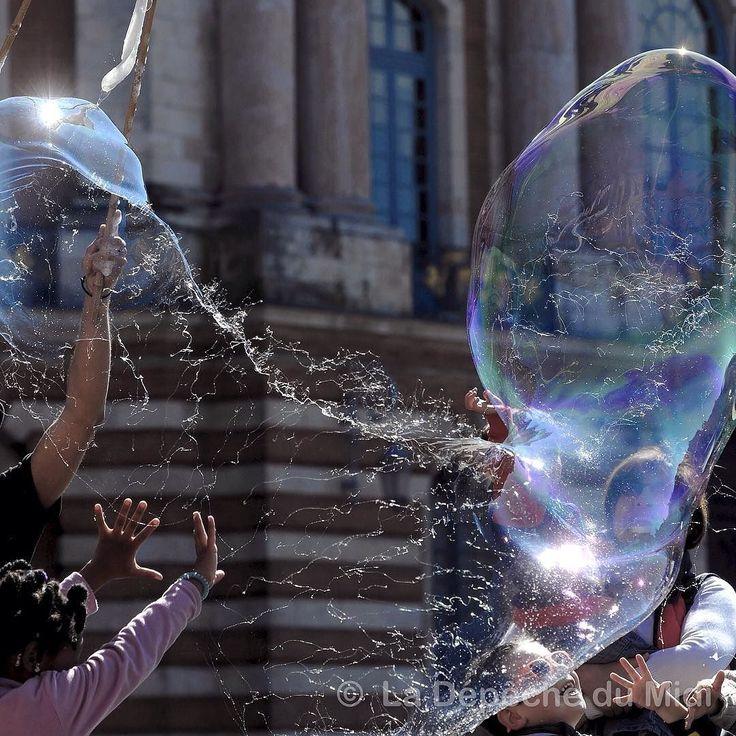 Des enfants s'amusent avec des bulles géantes  La Depeche du Midi Xavier de Fenoyl #ladepechedumidi #photo #photooftheday #photojournalism #love #beautiful #instagood #midipyrenees #friends #toulouse #lovetoulouse #objectiftoulouse #visiteztoulouse #igerstoulouse  #enfants #nikon  #enfant #children #bulles #followme #fete  #insolite