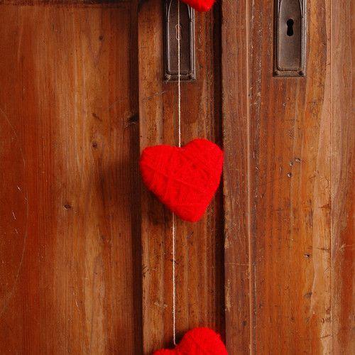 Serca z włóczki - dekoracja walentynkowa lub prezent. by dać komuś serce... Valentine's Day decor or a gift. by Gałecka Dekoracje