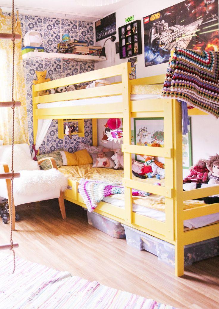 Keltainen kerrossänky värikkäässä lastenhuoneessa. Yellow bunk bed in a colurful nursery. | Unelmien Talo&Koti Kuva: Satu Nyströn Toimittaja: Anette Nässling