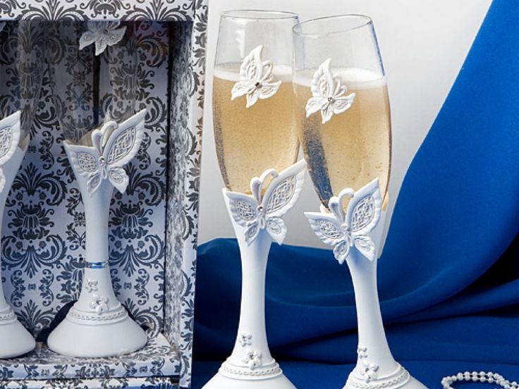 Pahare Sampanie speciale pentru o nunta cu Tematica Fluturi. Aceste minunate pahare va vor fi alaturi in momentele cele mai importante ale evenimentului dumneavoastra: intampinarea oaspetiilor si la momentul toastului. Fiecare pahar este accesorizat cu un fluturas cu stras la fel ca si fluturasul de la baza paharului. Dimensiuni: 24 cm inaltime, 5.7 cm diametrul bazei