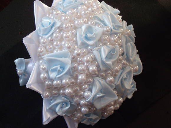 Buquê de pérolas brancas 10mm com rosinhas de cetim na cor azul bebê.