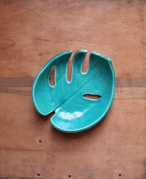 Prachtige groene blad bowl, handgemaakte met behulp van een echte philodendron blad. De binnenkant is geglazuurd met een glanzend groen glazuur, de buitenkant wordt overgelaten ongeglazuurde zodat de crème gekleurde klei. Elke schaal is one-of-a-kind.  Deze schaal kan eenvoudig worden vastgelegd als kunst, of u kunt deze schaal te houden brood op uw keukentafel, om te houden van sieraden of zonnebril op uw dressoir of om sleutels te bewaren door uw voordeur.  Maakt een grote Inwijdingsfeest…
