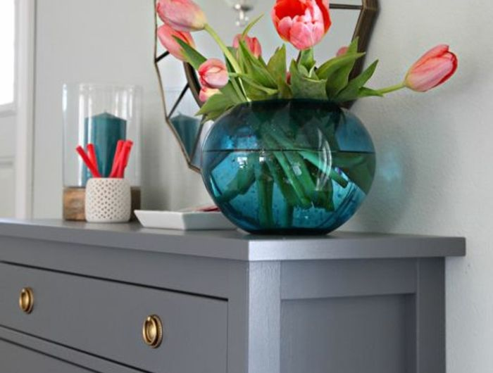 comment-relooker-un-meuble-en-bois-joli-meuble-en-bois-de-couleur-gris-pour-le-salon-avec-tulipes-rouges