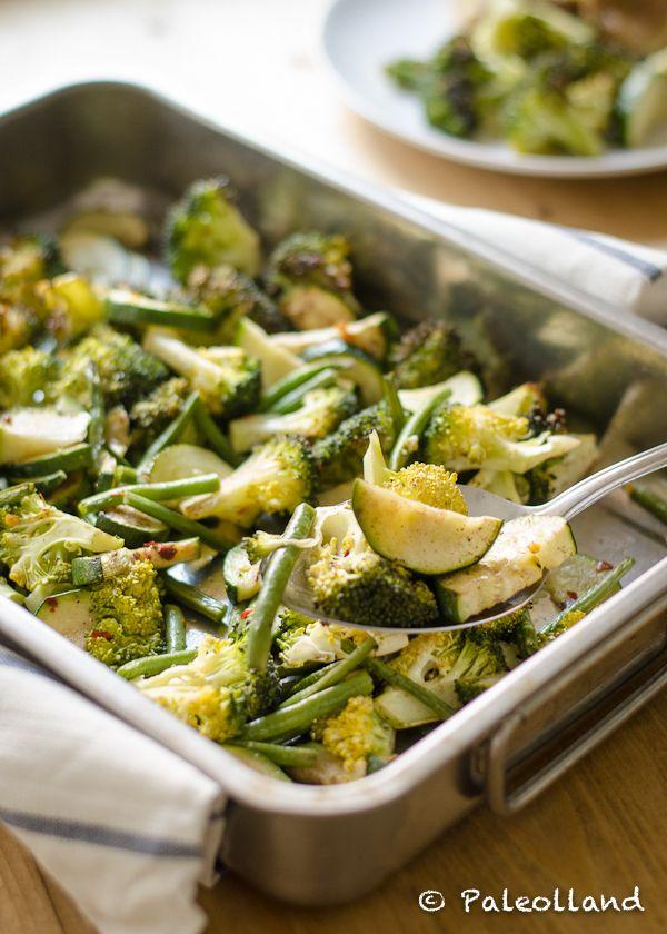 Een snelle, makkelijke en smakelijke manier om je gezonde groene groenten te bereiden: in de oven! Kijk hier voor mijn recept van geroosterde groene groenten uit de oven.