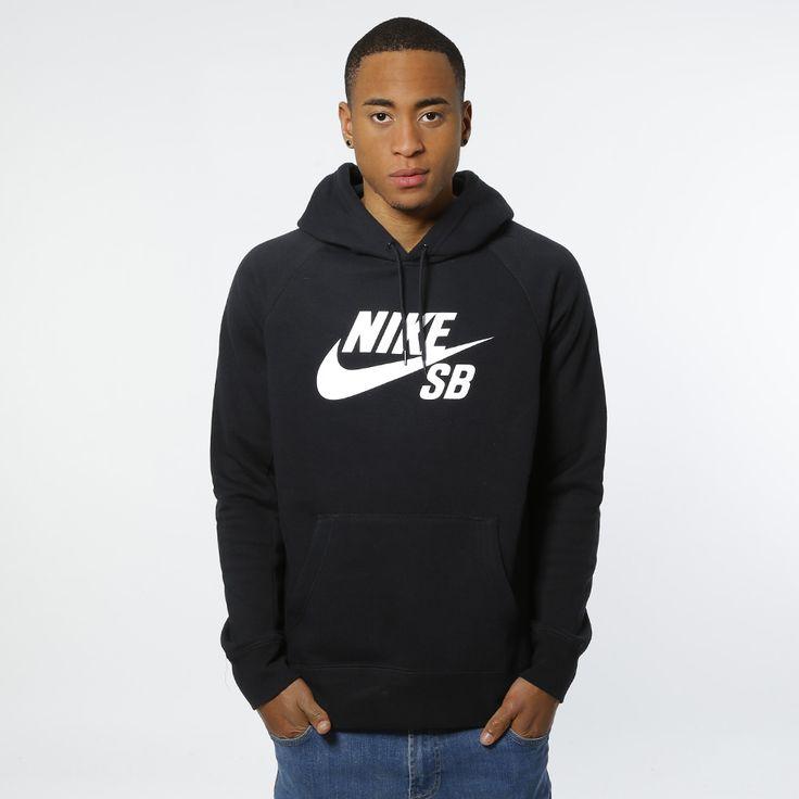 Hoodie fra Nike SB med trykket logo på brystet. Materiale: 78% Bomull, 22% Polyester. Modellen er 182 cm og avbildet i L.