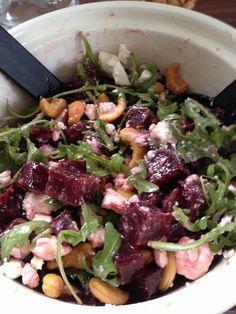 Pittige salade met rode biet Rode biet, feta, rucola, cashewnoten met een dressing van olie en azijn (3op1), peper en zout, honing en mosterd.