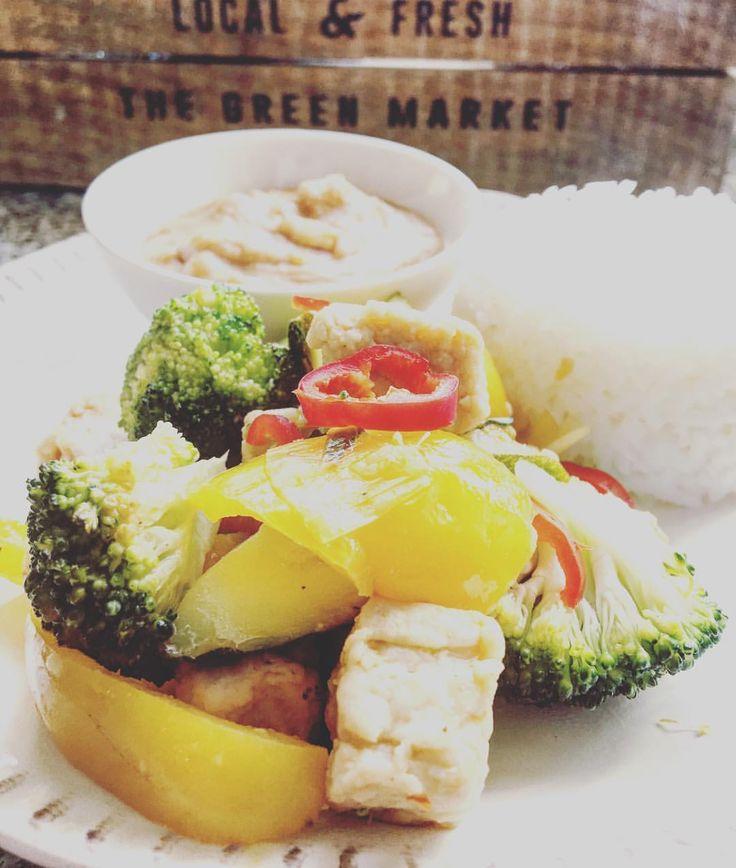 Quornbitswok med jordnötssås. Lättlagat och vansinnigt gott! Recept på blogg www.maggiesskafferi.se #middagstips #jordnötssås #satay #veganskmat #wok #quornbitar #thaimat #thaifood #maggiesskafferi @ica @quorn