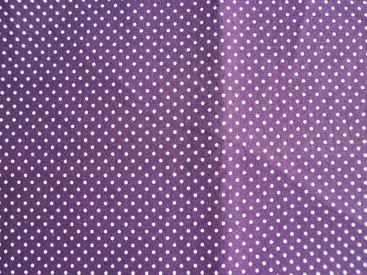 bílé pintíky na tmavě fialové