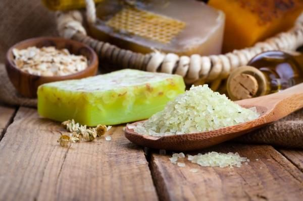 Como fazer esfoliantes com sal. A esfoliação é essencial para conseguir uma pele bonita, livre de células mortas e com os poros adequadamente fechados, sendo um passo fundamental no momento de limpar profundamente o nosso rosto. Mas...
