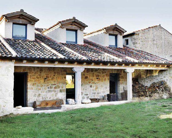 Exterior de la casa: muros de piedra
