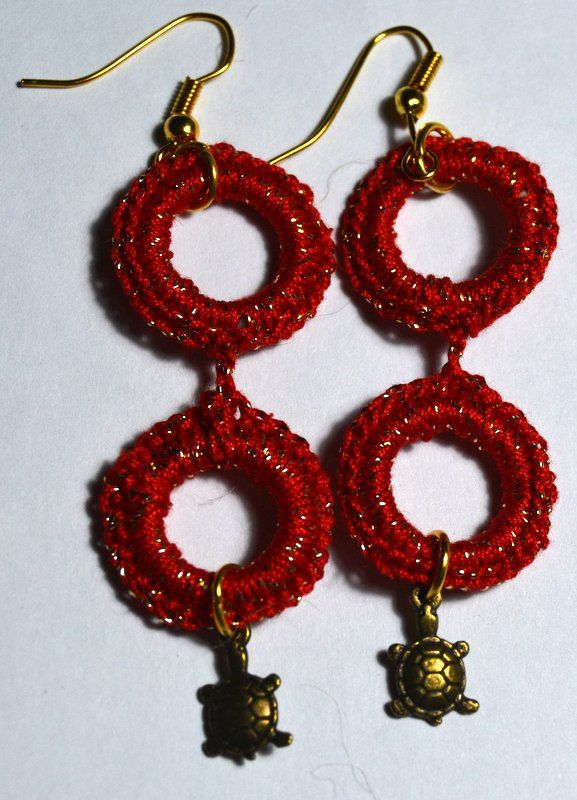 brincos em crochet com tartaruga - Crocheted earrings with turtle by PatichaCrafts on Etsy