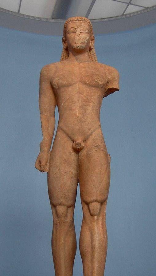 Kouros di capo Sounion - fine VII secolo a.C. - marmo scolpito a tutto tondo - da capo Sounion - museo archeologico nazionale, Atene. Fu ritrovato nel santuario di Poseidone, all'interno di una fossa in cui si ipotizza sia stato seppellito intorno al 480 a.C. a seguito delle distruzioni persiane. Secondo alcuni studi questo kuros sarebbe il primo tentativo di kuroi per la sua datazione e la costruzione del cranio, della capigliatura e delle orecchie. Come tutti i kuroi è rappresentato…