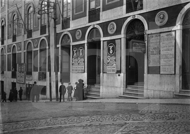 Teatro da Trindade, entrada na Rua Nova da Trindade. 1909/1911. Joshua Benoliel.