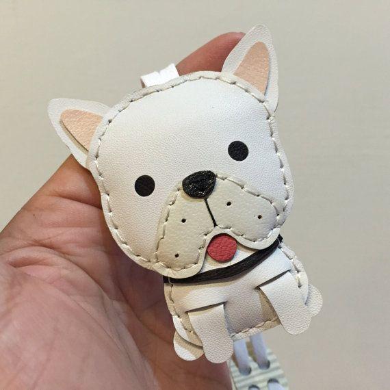 Tamaño pequeño - Mido el encanto de cuero del zurriago de bulldog francés (blanco)