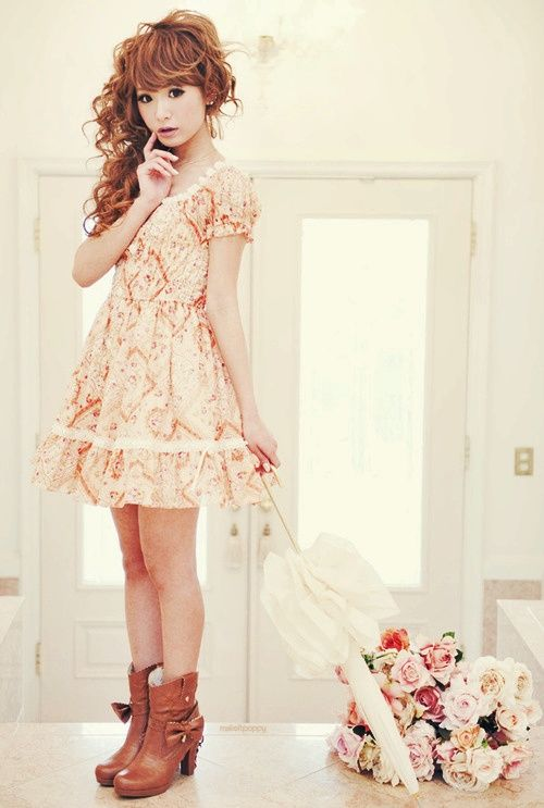 Cute, sweet gyaru: Creme dress with pattern and white details. Brown boots with heels and bow.