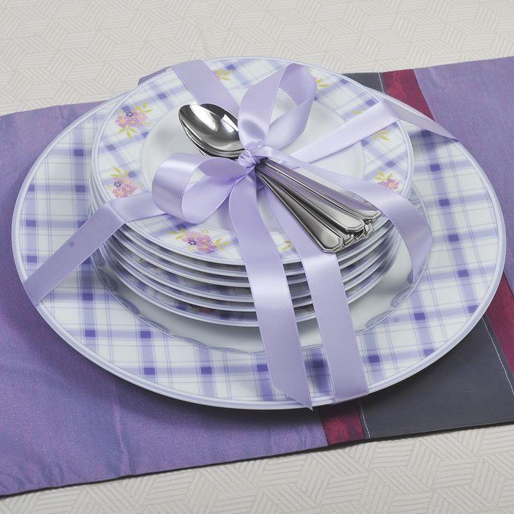 Σετ πάστας 13 τεμαχίων, αποτελείται από 6 πιάτα γλυκού και ένα πιάτο σερβιρίσματος από φίνα πορσελάνη Βοημίας με διακριτικά σχέδια σε μωβ και ροζ χρώμα και 6 κουταλάκια του γλυκού solingen inox 18/10 σε συσκευασία δώρου