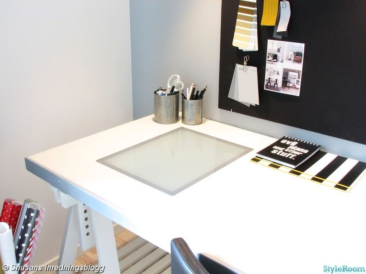 skrivbord,grå,anslagstavla,gul,svart