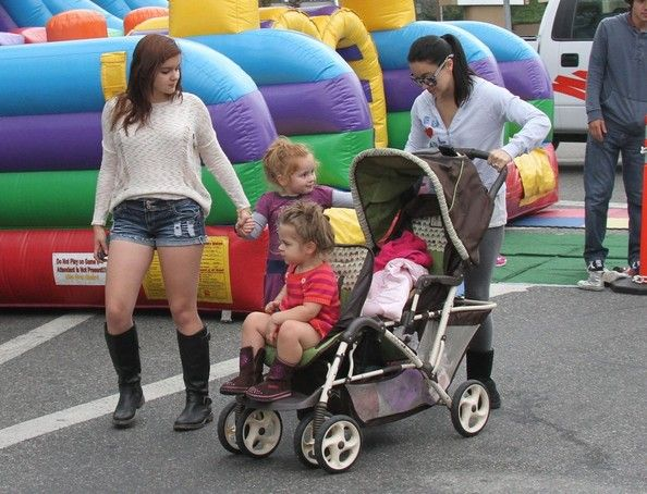 Ariel Winter & Family At The Farmers Market Shanelle Workman, Skylar and Parker