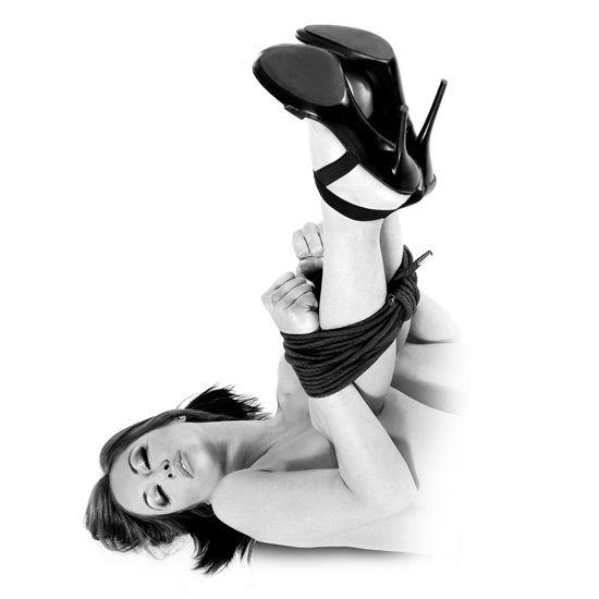 Mantenga atado a su amente con esta cuerda de seda, de la colección FETISH FANTASY SERIES LIMITED EDITION. Es ideal para aquellos que simplemente quieren atar las manos o los pies de su pareja, ya que no tiene que ser un experto para disfrutar del placer de jugar a la servidumbre con un estilo japonés
