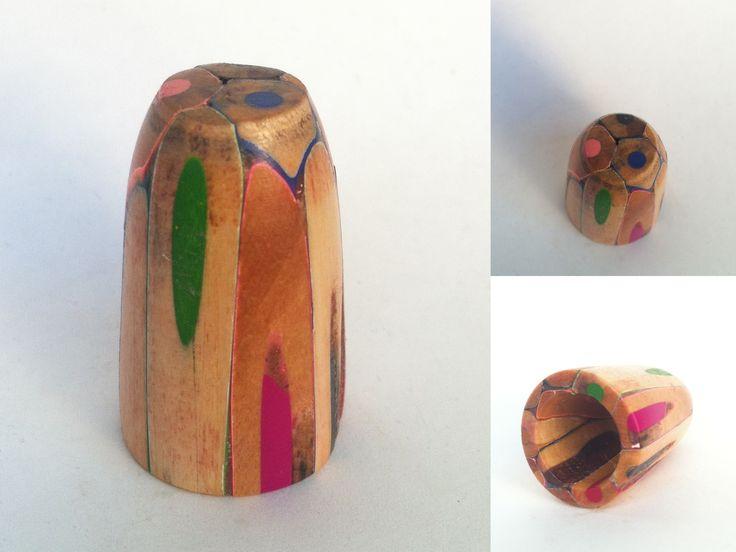 Dedal torneado con lapiceros de colores.