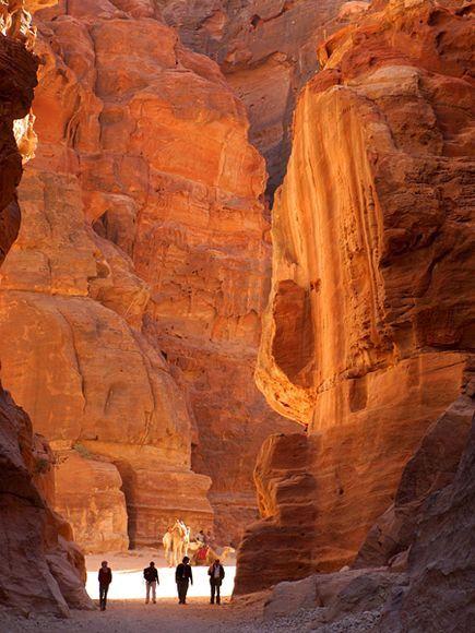 Para conhecer a cidade histórica de Petra, na Jordânia, o turista tem duas opções: pegar um ônibus turístico ou ir andando. Quem escolher a última alternativa pode fazer um caminho de 80 quilômetros, saindo da cidade de Dana e atravessando o Vale de Wadi Araba. Dá pra subir as montanhas de Sharah e passar por um oásis. Prefira ir entre outubro e abril, quando as temperaturas estão mais amenas.