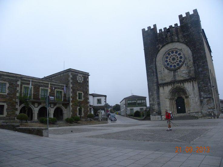 Plaza de Portomarín, con el Ayuntamiento y su preciosa Iglesia inclinada.