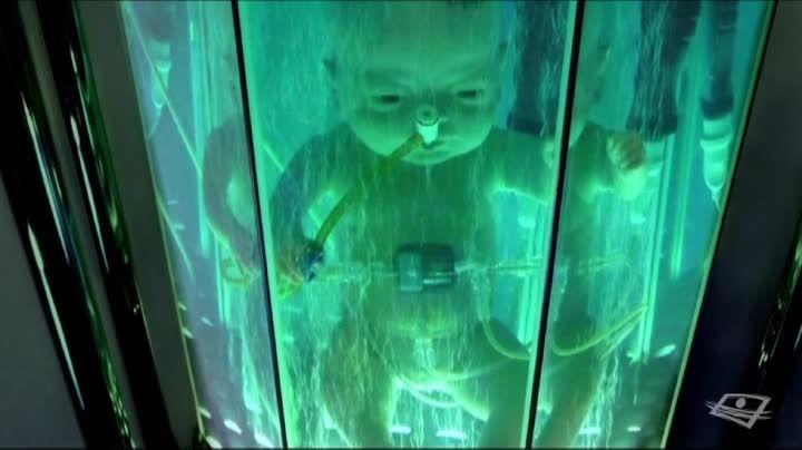 UN HOMME PRESQUE PARFAIT - Aujourd'hui, les progrès de la science permettent d'imaginer un être humain « amélioré ». Dans les laboratoires du monde, un nouvel individu partiellement reconfiguré est en train d'être imaginé, testé et fabriqué. Bientôt, selon certains scientifiques, nous considérerons Homo sapiens comme une version charmante certes, mais totalement démodée de l'être humain. Le documentaire Un homme presque parfait présente Homo technologicus.