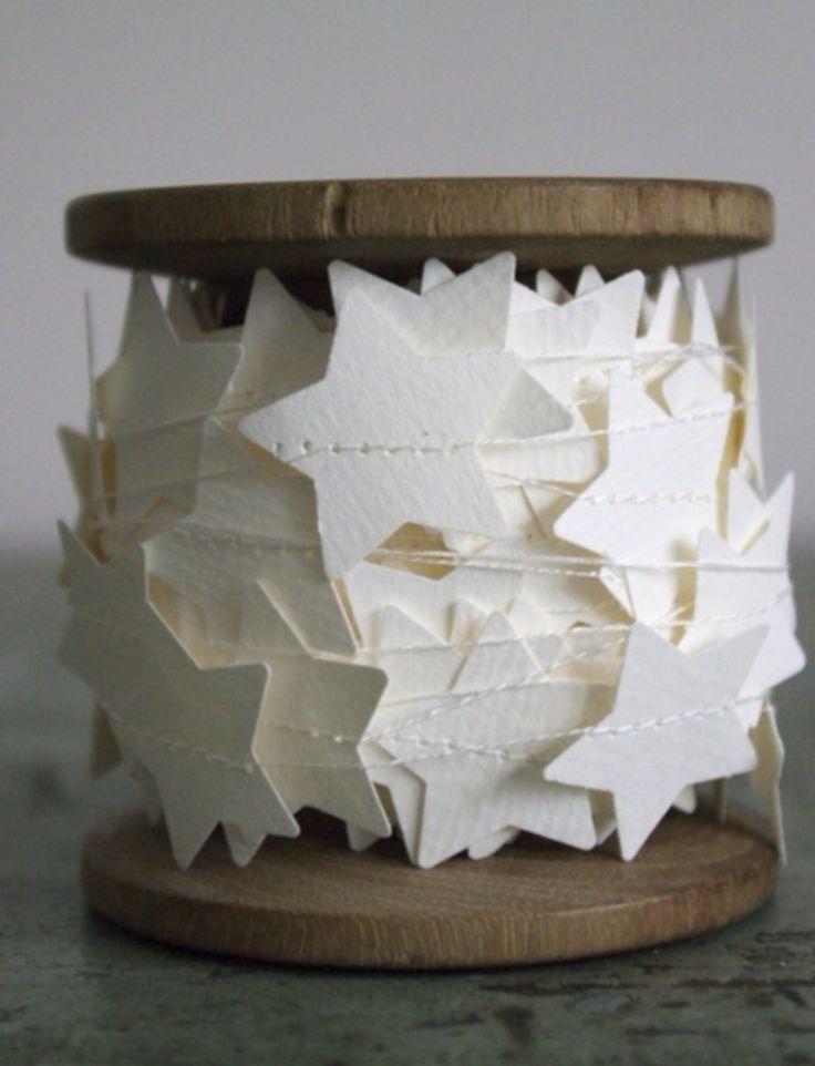 etoiles en papier blanc, cousues sur ruban organza blanc, acroché a une branche pour déco de porte