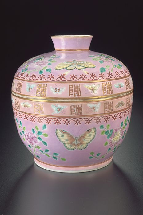 """Peranakan Museum - Chupu China, early 20th century Enameled porcelain, 19.2 x 19.3 cm Owner's mark: Jin Qing Zhen Chang, Inscribed: 陈 (Chen) 2011-02472, Gift of Agnes Tan Kim Lwi in memory of Tun Tan Cheng Lock The word chupu, which derives from the Malay word for metal box (cepu), was used by the Peranakan Chinese to refer to smaller covered jars. Peranakans in Penang called them timcheng (tim is the Hokkien word for """"double boiled""""). They were used for serving food during festive…"""