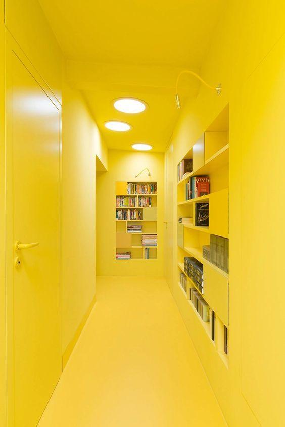 Un couloir en jaune monochrome pour une ambiance vitaminée