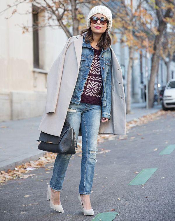 Look calça e jaqueta jeans, maxi coat e gorro off white