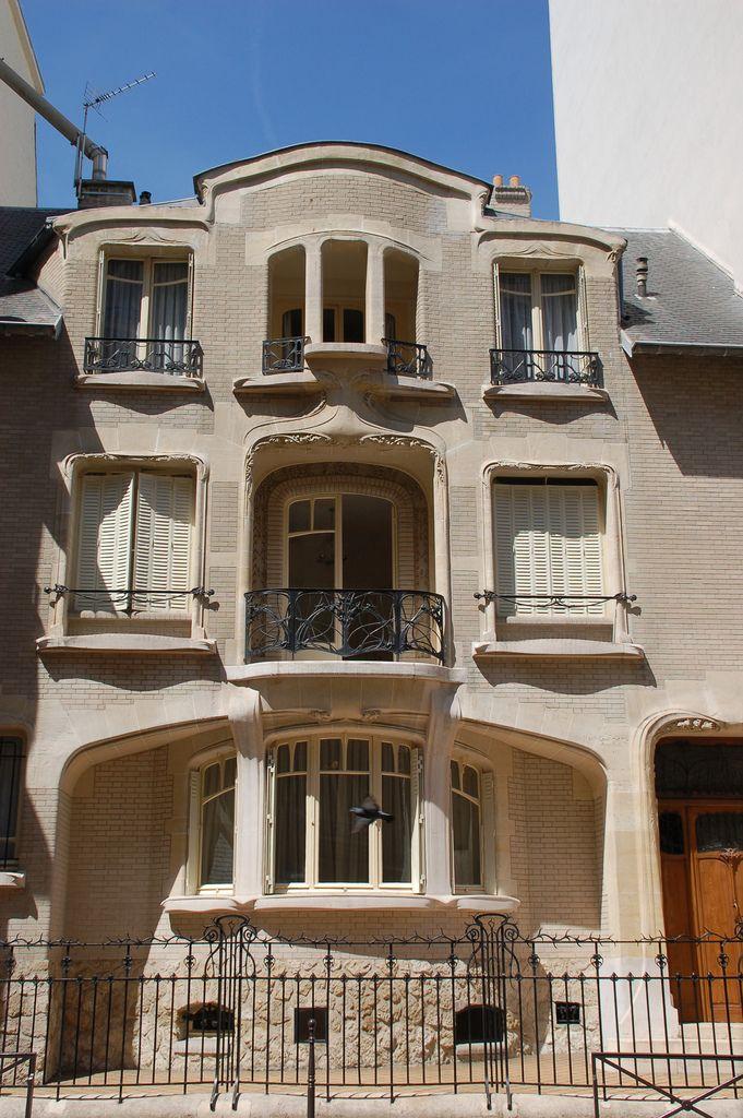 Center front façade - Hôtel Mezzarra by Hector Guimard - 60 rue la Fontaine, Paris 16th