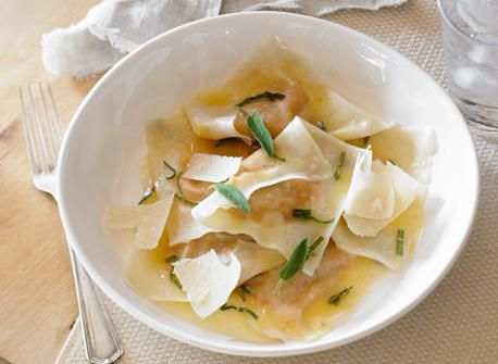 Ravioli di zucca : 1 petite courge poivrée 1 c. à thé (5 ml) d'huile d'olive Sel et poivre, au goût 4 gousses d'ail, en chemise 1/3 tasse (80 ml) Parmesan canadien, finement râpé 1/4 c. à thé (1 ml) de muscade, râpée ou moulue 48 pâtes à dumplings, (won ton)