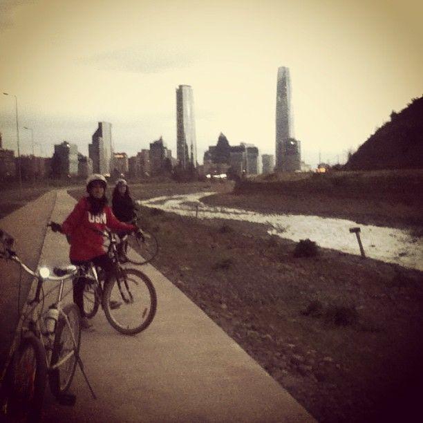 BICI-RUTAS: Cicletada por el ciclopaseo  que une  parques Bicentenario (Vitacura) y Uruguay (Providencia). Es exquisito para salir a pasear un sabado...si salen tarde, vayan abrigados de manos , orejas y luz blanca adelante y roja detras