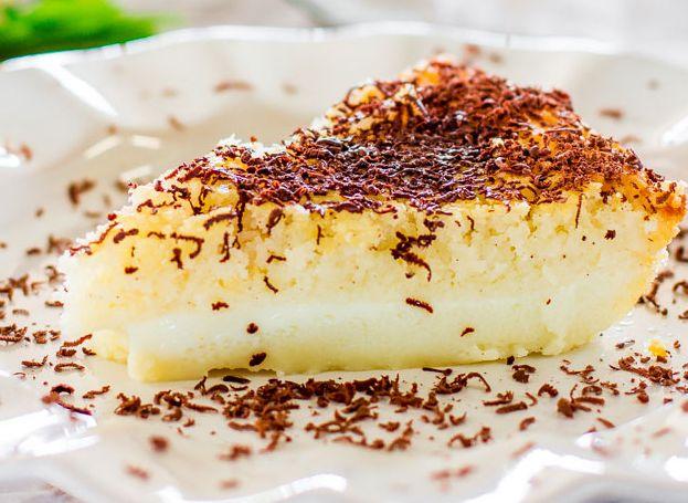 Μια πανεύκολη και γρήγορη συνταγή για αρχάριους, για ένα υπέροχο, πανεύκολο γλύκισμα ινδοκάρυδου. Πασπαλίστε το ζεστό, μόλις το βγάλετε από το φούρνο, με τ