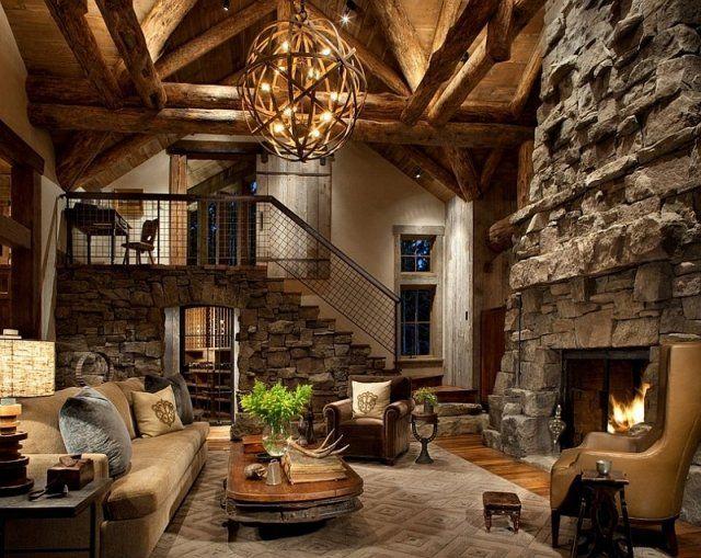 murs en pierre exposés et un lustre en bois élégant à côté de la cheminée