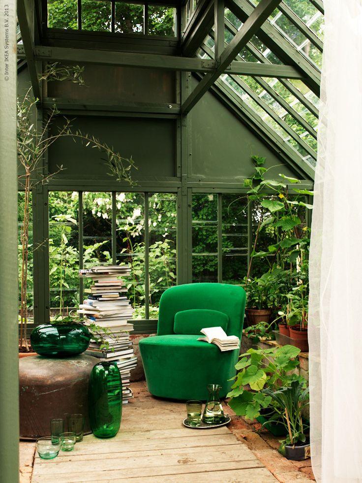 En snurrig STOCKHOLM fåtölj i grön sammet får följa med ut i växthuset för en stund.