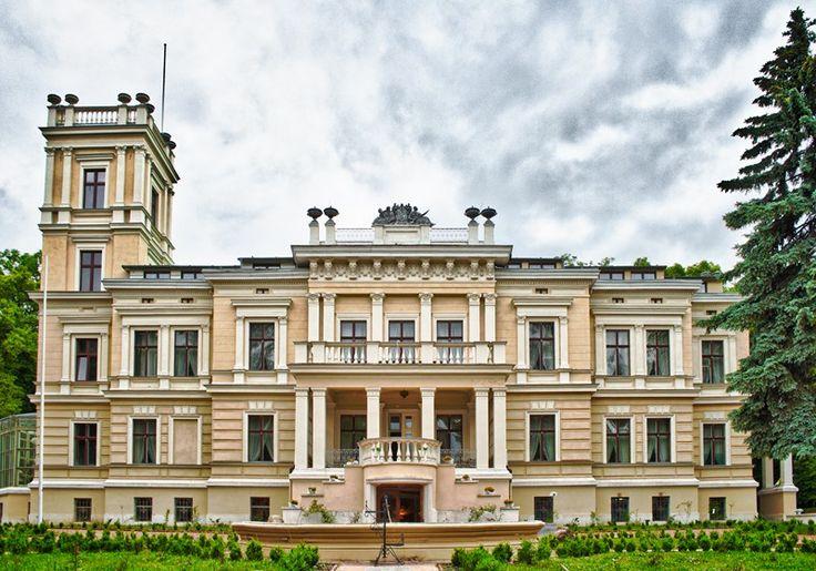 Pałac w Biedrusku wzniesiony w latach 1877 - 1880 przez udwika Hunha dla Albrechta Ottona von Treskowa. Obecnie - hotel.